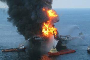 Kebakaran di anjungan pengeboran minyak di laut-min